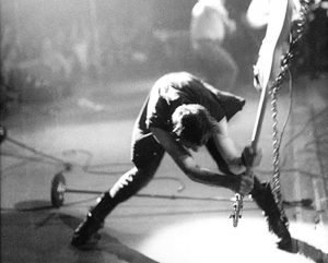 foto clash basso rotto, Paul Simonon rompe il basso durante l'esibizione